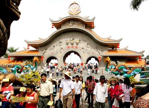 Nằm ở khu vực ngoại thành, khu vui chơi Suối Tiên phục vụ một lượng lớn khách từ các quận lân cận và người dân tỉnh Bình Dương, Đồng Nai...đến vui chơi.