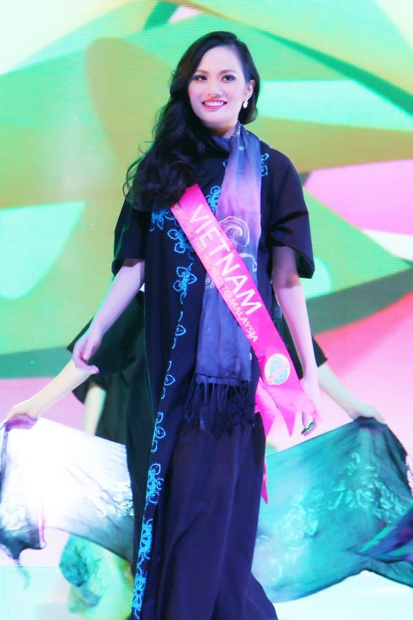 Đêm chung kết Hoa hậu Du lịch Quốc tế 2015 vừa diễn ra vào tối 31/12 tại Malaysia. Đại diện Việt Nam là người đẹpDiệu Linh. Dù chưa xin phépCục Nghệ thuật Biểu diễn, Diệu Linh vẫn khăn gói lên đường sang Malaysia.