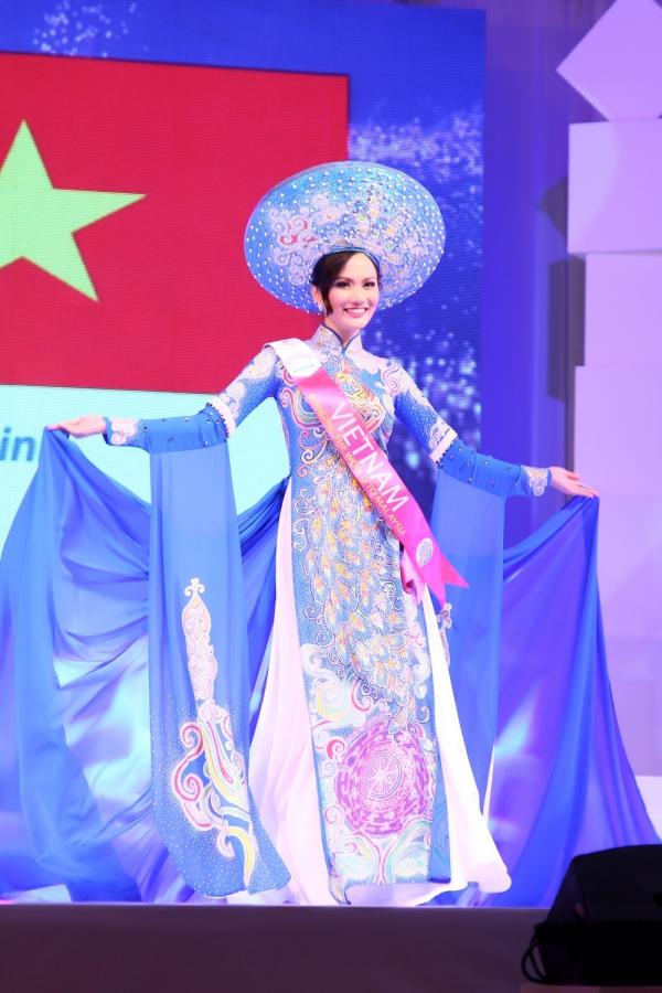 Trong đêm chung kết, Diệu Linh trình diễn trang phục áo dài màu xanh in hoạ tiết chim công lộng lẫy vàgiúp chị đoạt giảitrang phục dân tộc đẹp nhất - Best in National Costume.