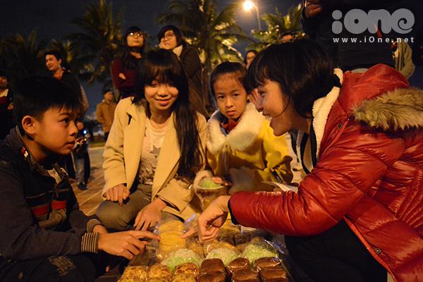 Bạn nữ trong nhóm tình nguyện viên, có tài làm bánh ngọt, bày bán những sản phẩm của mình.