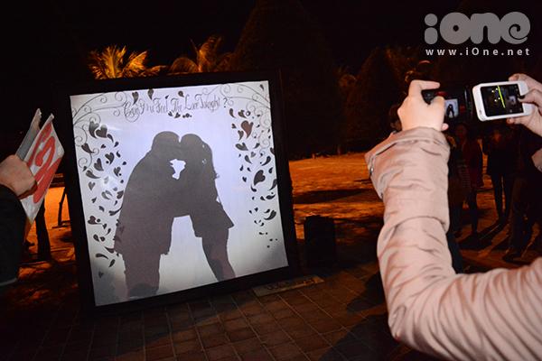 Những nụ hôn được trao nhau trong tiếng vỗ tay của bạn bè khi khoảnh khắc giao thừa sắp đến.