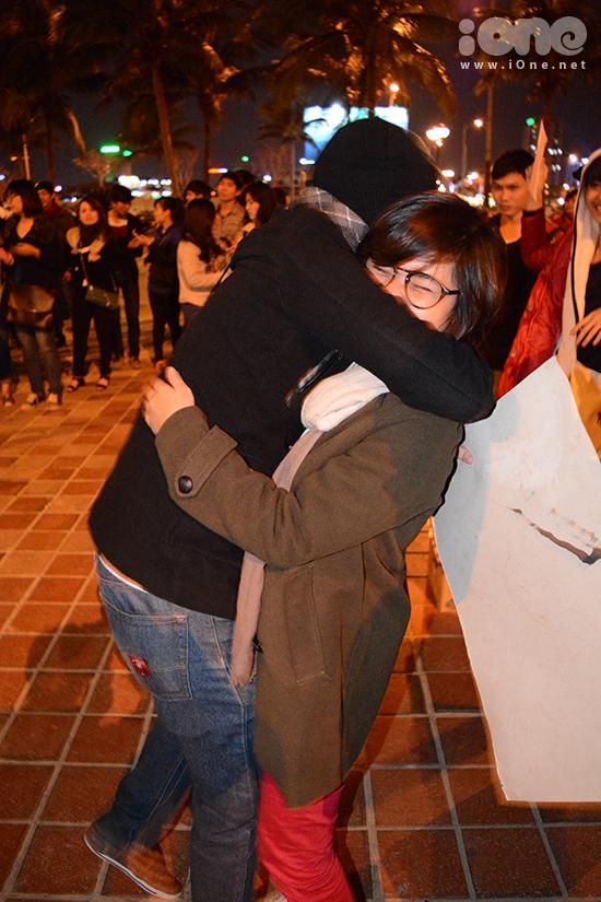 Những cái ôm nồng nhiệt xuất hiện nhiều vào cuối chương trình. Nhiều bạn không còn ngại người lạ, chạy đến và ôm chồm lấy nhau.