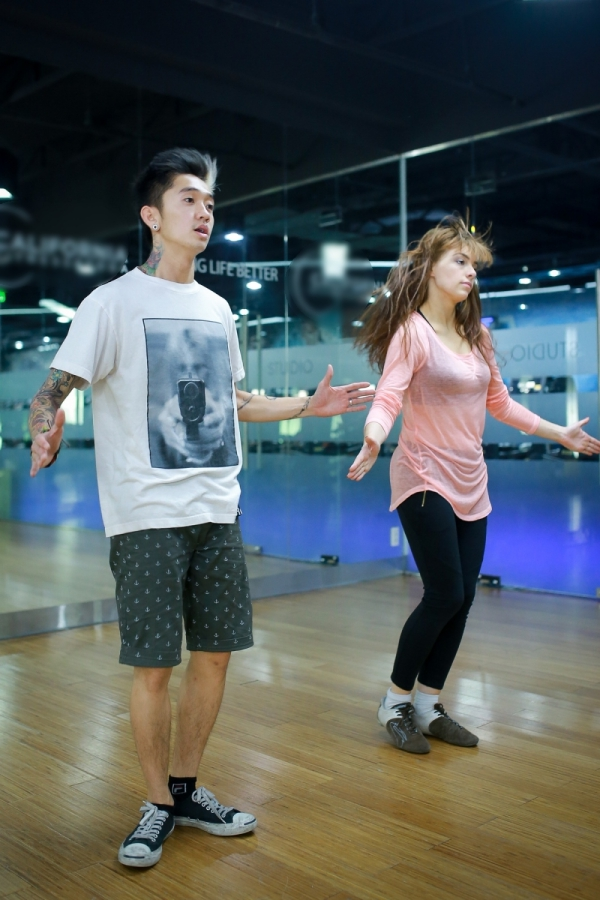 Dumbo vàbạn nhảy Kristina cũng hăng say tập luyện.