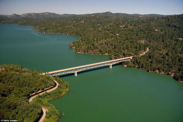 California chịu hạn hán nghiêm trọng nhất hàng nghìn năm qua. Mực nước các sông và hồ chứa đã tụt xuống mức kỷ lục. Trong hình là hồ Oroville năm 2011...