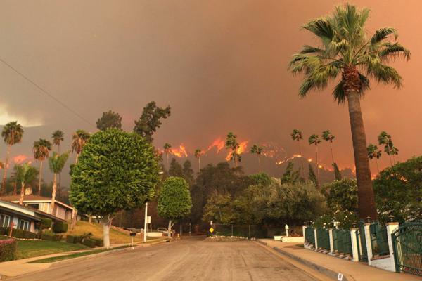 Một trận cháy rừng khủng khiếp trải khắp một vùng Nam California sau tháng khô hạn kỷ lục. Khung cảnh giống như địa ngục trần gian.