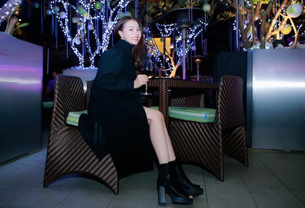Trong bữa tiệc, người đẹp diện một thiết kế váy tua rua của thương hiệu Valentino được phối hợp ăn ý với  áo khoác Zara, gu thời trang phóng khoáng của Trà Ngọc Hằng ngày càng ổn định và sành điệu.