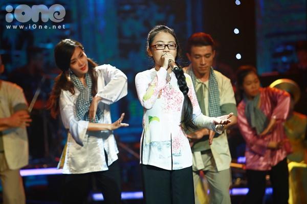 """""""Quê em mùa nước lũ"""" là ca khúc cũ được yêu thích trở lại sau khi Phương Mỹ Chi thể hiện trong cuộc thi The Voice Kids mùa đầu tiên. Đây cũng là nhạc phẩm gắn liền với tên tuổi cô bé 12 tuổi này."""