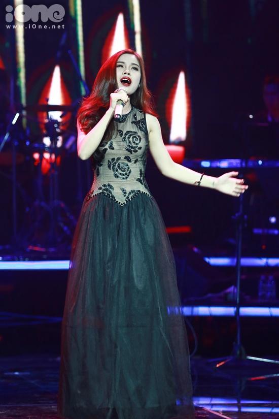 Giọng hát truyền cảm của Giang Hồng Ngọc trong ca khúc Con cầu xin được giới chuyên môn đánh giá rất cao.