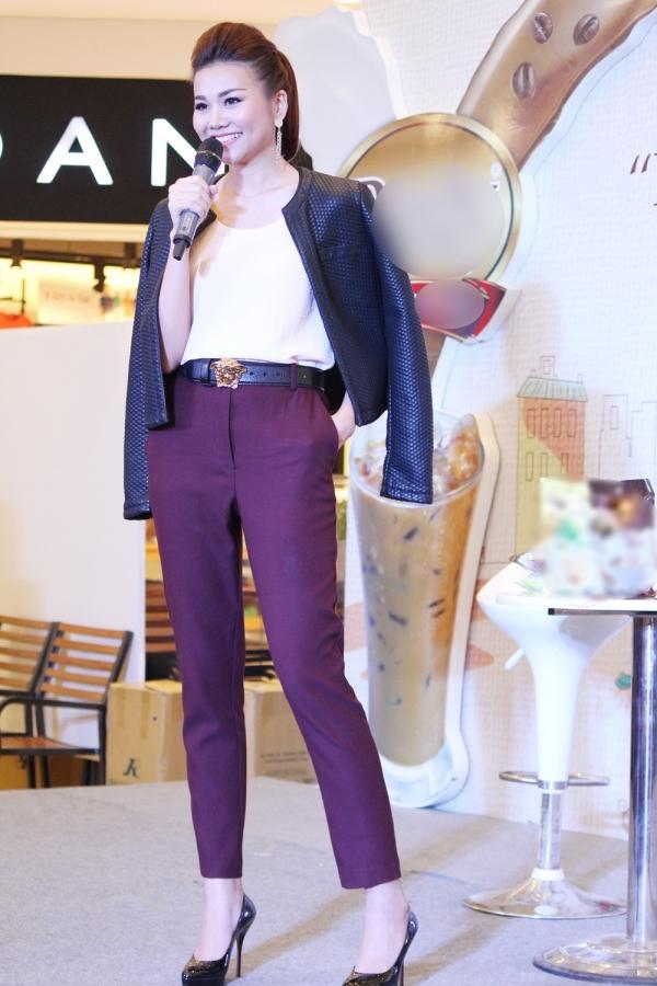 Cũng tại sự kiện này vào ngày thứ hai, Thanh Hằng bất ngờ đổi style chuẩn menđầy mạnh mẽ.