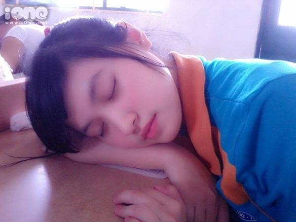 """Bị """"truy tìm"""" thông tin sau bức ảnh ghi lại khoảnh khắc ngủ trong lớp, chủ nhân của bức ảnh lộ diện. Cô bạn này tên Phạm Thu Huyền (sinh năm 1993), hiện là sinh viên năm cuối khoa Marketing của ĐH Thương mại Hà Nội."""