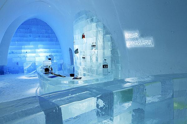 Hàng nghìn tấn băng tuyết được dùng để tạo ra những căn phòng, giường cột, đồ trang trí chạm   trổ công phu. Ice Hotel có đủ phòng ngủ, quán bar, hội trường, phòng xông hơi mát-xa phục vụ   khách.