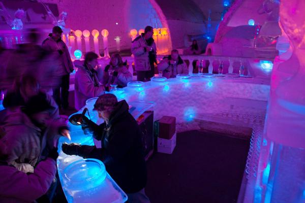 7. Bảo tàng băng Aurora ở Fairbanks, Alaska vốn là một khách sạn băng mở cửa quanh năm.   Nó đã thu hẹp lại thành một bảo tàng và quán bar sau khi nhiệt độ ấm lên làm tan một kiến trúc   của khách sạn vào năm 2004.