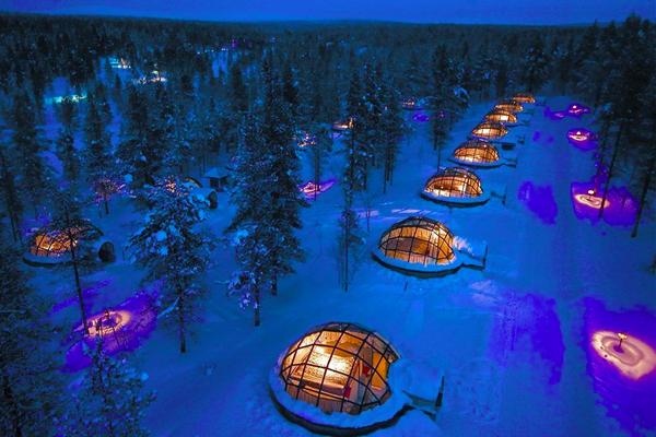 2. Resort Bắc cực Kakslauttanen ở Saariselka, Phần Lan: Bạn có thể chọn ở nhà gỗ, lều đắp   bằng tuyết hoặc lợp kính, vừa nằm trên giường êm vừa ngắm Bắc cực quang.