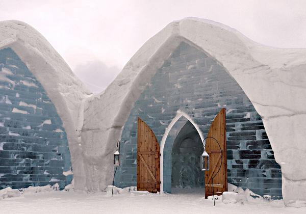 3. Hotel de Glace ở Quebec, Canada là khách sạn dựng hoàn toàn bằng băng duy nhất ở Bắc   Mỹ, cũng chỉ tồn tại 3-4 tháng mỗi năm. Khách sạn có 44 phòng với giường điêu khắc từ băng,   lót ván gỗ, phủ nệm chăn ấm áp.