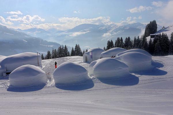 5. Alpeniglu được xây dựng như một ngôi làng nhỏ với 12 căn lều tuyết nằm trong khu resort   trượt tuyết trên dãy Alps ở địa phận Kitzbuehel, Áo. Bạn có thể qua đêm ở một căn lều hoặc   tham quan triển lãm các bức tượng điêu khắc nghệ thuật từ các nghệ sĩ khắp thế giới.
