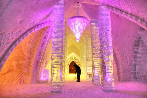 1. Khách sạn băng (Ice Hotel) ở làng Jukkasjarvi, Thụy Điển, là khách sạn được dựng hoàn   toàn bằng băng lớn nhất thế giới, cũng là khách sạn băng đầu tiên trên thế giới, mở cửa lần đầu   vào năm 1990. Icehotel được xây dựng lại mỗi năm một lần và chỉ tồn tại trong 3-4 tháng mùa   đông.