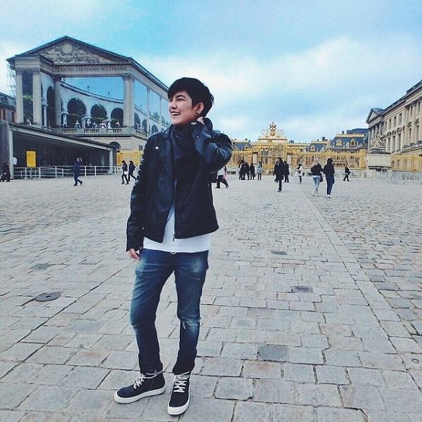 Áo khoác jacket da hầm hố kết hợp cùng quần jeans rách luôn là item được Tina sử dụng thường xuyên trong những chuyến đi nước ngoài.
