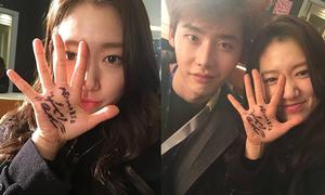 Sao Hàn 9/1: Park Shin Hye hí hửng khoe chữ ký oppa Lee Jong Suk