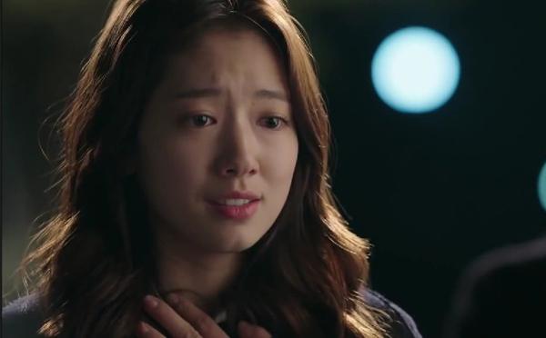Thủ vai nữ phóng viên tập sự Choi InHa, Park ShinHye nổi bật với làn da trắng mịn màng, lớp make up vô cùng tự nhiên cùng với đôi môi mềm mịn, rạng rỡ dù ở trong những cảnh quay ngoài trời buốt giá.