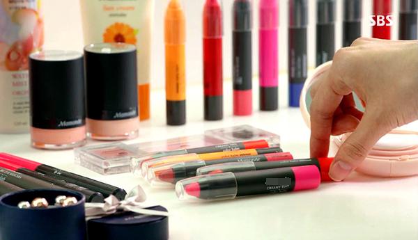 loại son dưới dạng son dạng bút chì kết hợp  3 trong 1 những ưu điểm của son thỏi (màu sắc đẹp) + son tint (bám môi) + son dưỡng (dưỡng môi mềm mại và có độ ẩm cao). Bảng màu sắc của thỏi son đáng yêu này cũng vô cùng phong phú