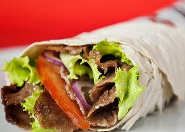"""Durum theo tiếng Thổ Nhĩ Kỳ nghĩa là """"cuộn"""", là món ăn được làm từ một lớp bánh mì mỏng cuốn thịt cừu, gà hay bò nướng, ăn kèm cà chua, hành tây, dưa chuột, rau diếp và sữa chua, tương ớt. Món này ăn ngon nhất khi mua trên đường phố Istanbul."""