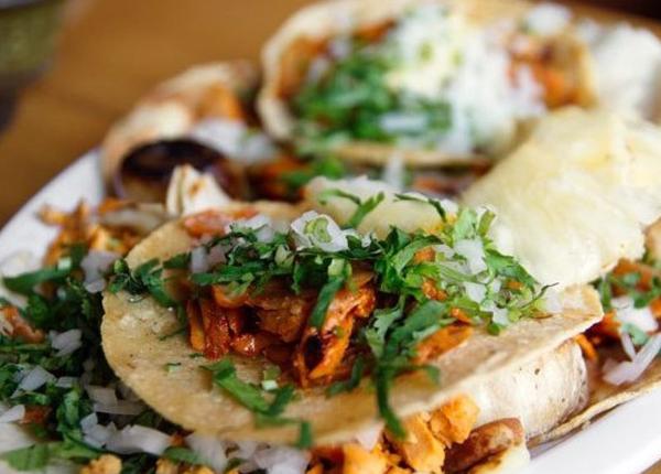 Tacos al Pasto (thành phố Mexico, Mexico) gồm thịt cừu hay thịt lợn được ướp trong ớt khô, gia vị và dứa. Thịt nấu chín mềm được thái lát cho lên trên bánh tortilla (bánh mì dẹt làm từ bột ngô hoặc bột mì), ăn kèm hành tây, rau mùi, một ít dứa, nước cốt chanh và tương ớt.