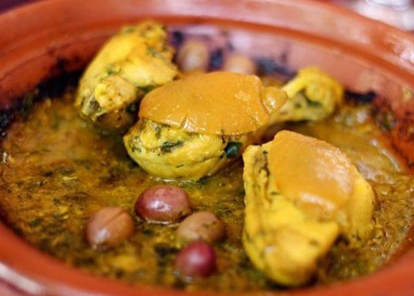Tagine (Marrakesh, Ma-rốc) gồm thịt (cừu, gà hoặc bò), rau, rất nhiều rau thơm và gia vị, trái cây và các loại hạt. Món hầm tuyệt ngon này thường ăn kèm couscous (một loại ngũ cốc) hoặc bánh mì, phổ biến ở khắp Ma-rốc.