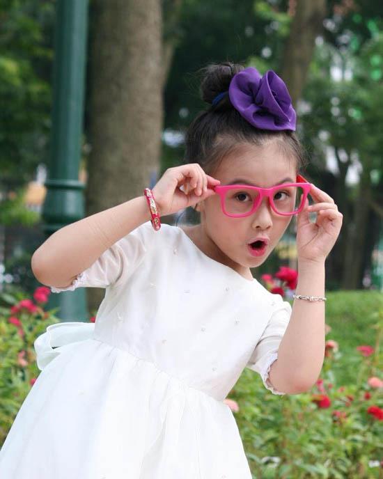 Ngoài quần áo, mẫu nhí 8 tuổi còn sở hữu rất nhiều phụ kiện để kết hợp cùng như mũ, giày, bờm nơ... Tuy nhiên, Bảo Hân mê nhất là kính gọng nhựa màu mè. Fashionista nhí đã được mẹ sắm đến hơn 100 chiếc kính đủ màu để kết hợp theo nhiều phong cách khác nhau.