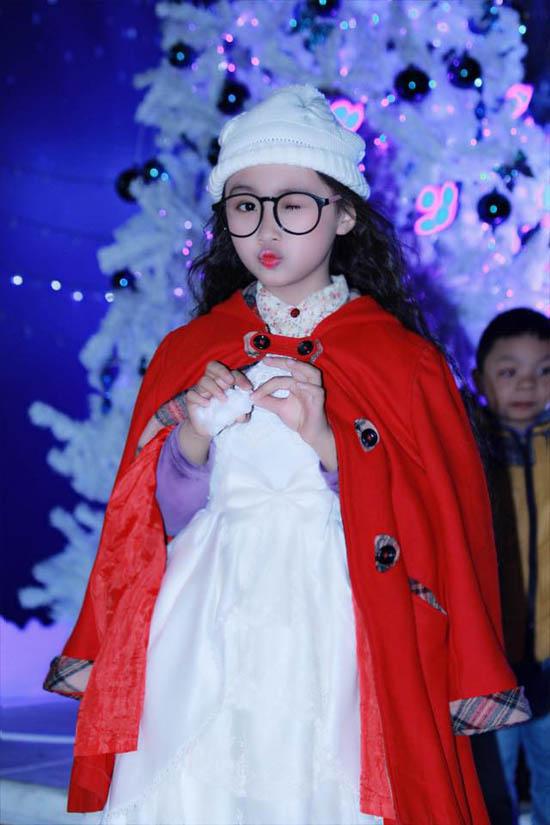"""Bảo Hân bắt đầu đi diễn thời trang từ năm 3 tuổi. Khi lên 4, bé đã được góp mặt trong nhiều show thời trang của các nhãn hàng có tiếng, các kỳ triển lãm thời trang. Ngoài ra, cô nhóc còn """"nhẵn mặt"""" trong các bộ ảnh quảng cáo thời trang trẻ em."""