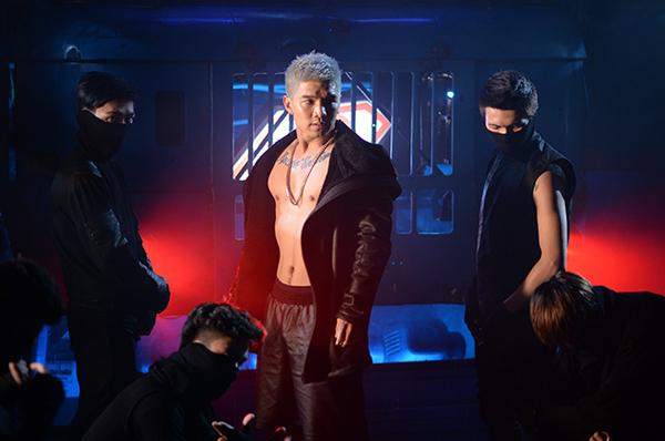 MV được đầu tư công phu và kỹ lưỡng về mặt hình ảnh, thể hiện rõ nét sự trưởng thành trong khả năng biện đạo cũng như định hình phong cách biểu diễn của Cường Seven. Khán giả vốn đã quen với một hot boy hiền lành sẽ thấy lạ lẫm vì hình ảnh nam tính, chất lừ của Cường Seven trong MV lần này.