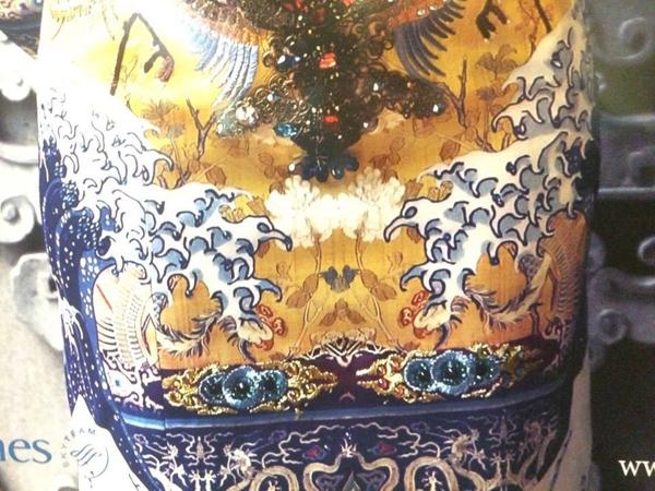 """Tuy nhiên không ít tín đồ thời trang nhận ra, bộ trang phục này hoàn toàn không phải được lấy cảm hứng từ long bào cổ. Họa tiết được in trên thên váygần như được """"sao chép"""" 100% ý tưởng của một bức hoạ nổi tiếng của Nhật - Bức hoạ có tên """"Great Wave Off Kanagawa"""""""