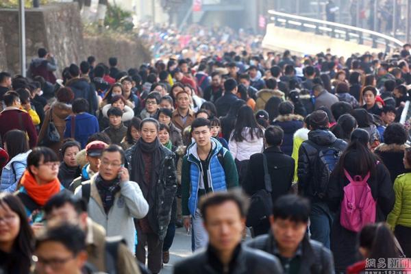 """Trung Quốc có nhiều trường nghệ thuật nổi tiếng là """"lò đào tạo"""" minh tinh, thu hút đông các bạn   trẻ dự thi. Năm nào, lượng thí sinh thi vào các trường nghệ thuật tiếng tăm như Học viện Điện   ảnh Bắc Kinh, Học viện Hý kịch trung ương, Học viện Hý kịch Thượng Hải đều rất cao."""