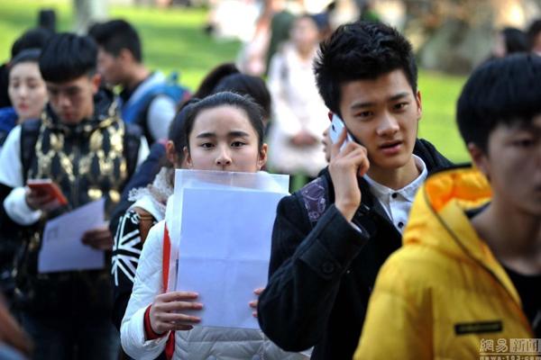 Năm nay, Học viện Nghệ thuật Nam Kinh có chỉ tiêu 2.000 sinh viên, nhưng tổng cộng có đến   26.000 người đăng ký dự thi, cạnh tranh rất khốc liệt.