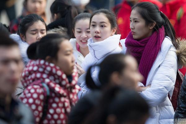 Ngày 20/1, rất đông thí sinh đến Học viện Nghệ thuật Nam Kinh ở tỉnh Giang Tô để đăng ký dự   thi.