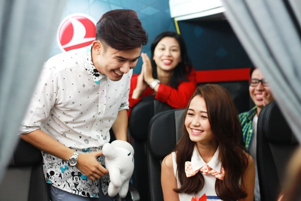 Chí Thiện đầu tư nhảy flash mob tỏ tình với Nhung Gumiho ở  tàu điện ngầm, siêu thị, xe buýt đến tận&máy bay.  Nhung Gumiho, cô hot girl dễ thương của Vlog Phở, là người đẹp tiếp theo hợp tác với Chí Thiện trong MV mới nhất của anh, I Miss You Girl.