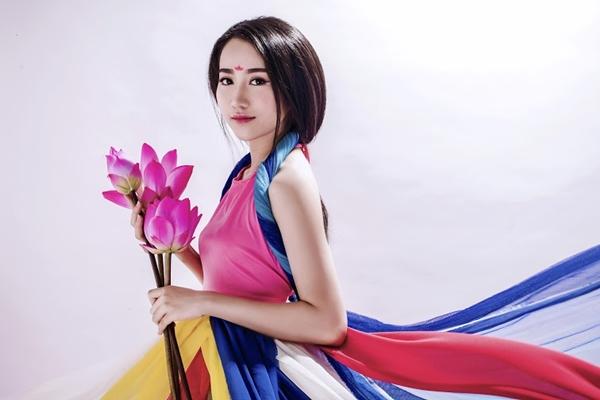 Lona Huỳnh tên thật là Huỳnh Hồng Loan, sinh ngày 20.9.1994- năm nay tròn 20 tuổi.  Hiện cô đang là Sinh viên năm cuối trường cao đẳng văn hoá nghệ thuật Tphcm, Chuyên nghành: Diễn viên