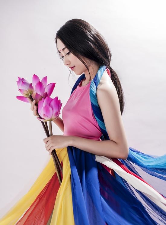 Lona Huỳnh từng Các giải thưởng cô nàng đã đạt được :  - Giải gương mặt đẹp Ngôi sao thời trang 2013 - Giải nhất cuộc thi Duyên dáng áo dài và hoa 2014  Phim : sitcom cười để ngẫm, tìm bố cho suri