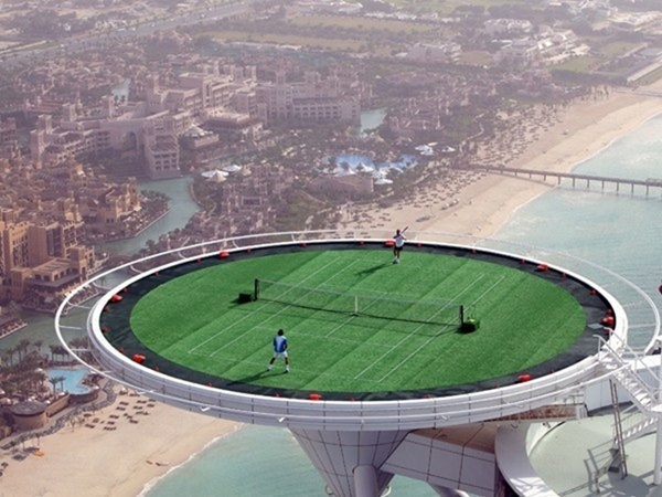 Chơi tennis trên độ cao gần 400m, vốn là bãi đáp trực thăng của tòa tháp chọc trời Khalifa được biến thành sân chơi của nhà giàu ở đây (An Trần)