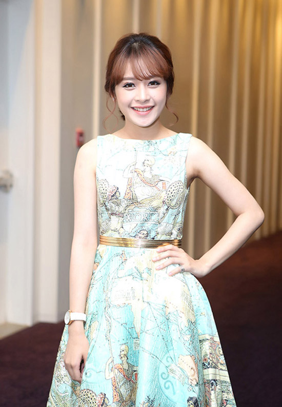 Tuy nhiên, sau khi trả lại cho tóc màu nâu trầm, phong cách của Chi Pu cũng có sự thay đổi rõ rệt. Từ việc chuyên diện đồ khỏe khoắn, cô nàng chuyển qua xúng xính váy áo điệu đà chẳng kém nhiều mỹ nhân khác trong showbiz.