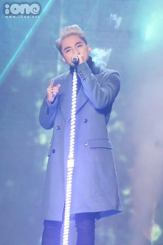 Cũng trong đêm thi đầu tiên của The Remix, Sơn Tùng bị nghi hát nhép. Trình bày ca khúcEm của ngày hôm qua với phiên bản mới lạ nhưng Sơn Tùng khiến khán giả phát hiện cóhai giọng khá khác biệt khi hát và đọc rap.