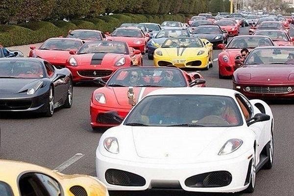 Cảnh tượng kẹt cứng....siêu xe trên các con phố ở Dubai khá quen mắt.