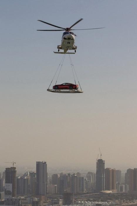 Cuối tuần, những tay nhà giàu còn thuê trực thăng cẩu siêu xe ra sa mạc để chơi môn đua xe đồi cát khá mạo hiểm.