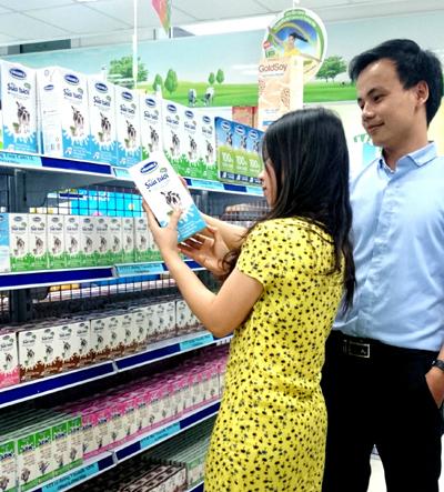 Vinamilk đứng đầu về sản lượng lẫn doanh số trong nhóm các nhãn hiệu sữa tươi.