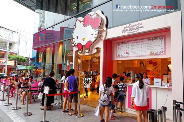 Hello Kitty House thu hút một lượng khách lớn mỗi ngày. Kiên nhẫn xếp hàng từ 5  7 phút, bạn sẽ được phục vụ rất chu đáo. Nguồn: 2madames.