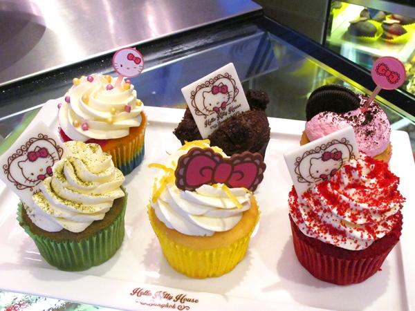 Cupcake sang chảnh đa sắc, phong phú hương vị sẽ khiến teen đổ gục. Thông thường, mỗi chiếc giá từ 95 baht trở lên (khoảng hơn 60k).