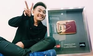 Phở Đặc Biệt hớn hở khoe nút play vàng YouTube cho 1 triệu lượt thích