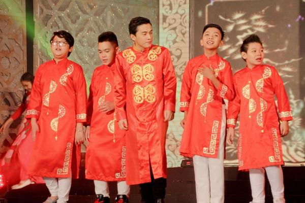 Mở màn cho chương trình năm nay là ca khúc Tết Đoàn Viên, một sáng tác của nhạc sĩ Minh Vy viết riêng cho chương trình. Đúng với không khí tưng bừng, rộn rã trong ca khúc, Tết Đoàn Viên là sự kết hợp của Lam Trường, Cẩm Ly hội ngộ cùng 8 học trò của mình trong Giọng Hát Việt nhí.