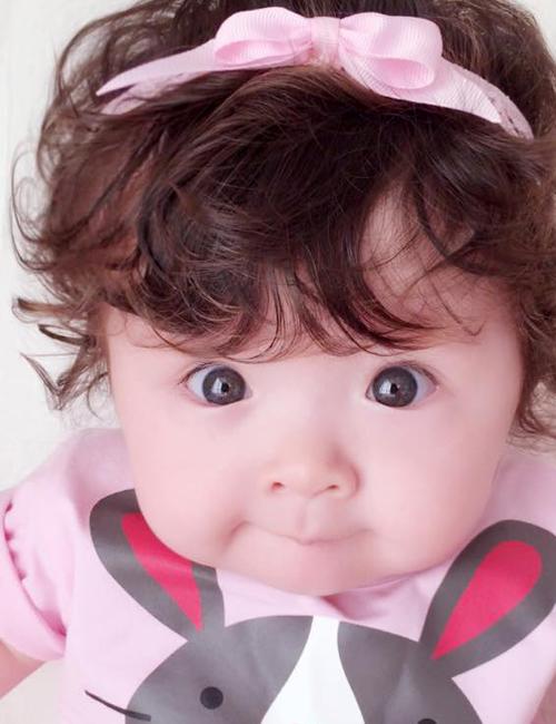 """Facebook của """"em bé vui tính"""" nhà Elly Trần đạt lượng người theo dõi vượt cả mẹ với hơn   334.000 fan."""