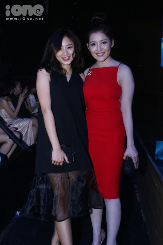 Hai cô nàng Sa Lim và Milan Phạm rủ nhau cùng đi theo dõi chương trình.