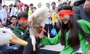 Teen Thái Phiên cười ngất thi tài bịt mắt bắt vịt